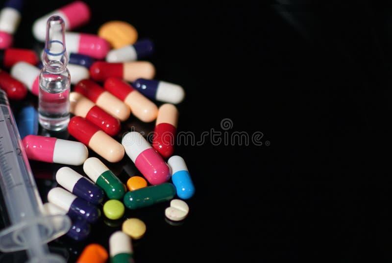 Medikationskapseln in einer geöffneten Verordnungsflasche stockbilder