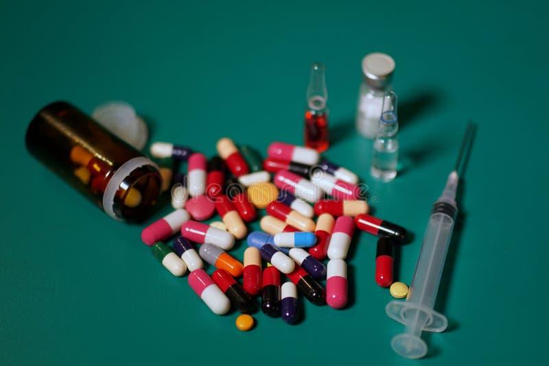 Medikationskapseln in einer geöffneten Verordnungsflasche stockfotografie