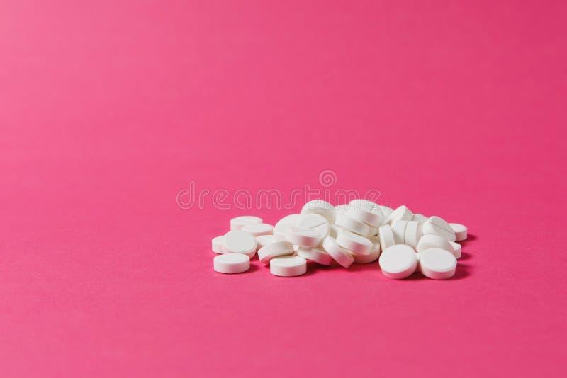 Medikationstabletten auf Farbhintergrund Konzept der Gesundheit, Behandlung, Wahl, gesunder Lebensstil stockbilder