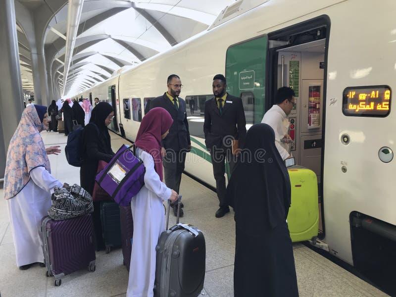 MEDINA, ARABIA SAUDITA - 27 MAGGIO 2019: un gruppo di famiglia musulmana pronto ad imbarcare le vetture del treno alla stazione d immagini stock libere da diritti