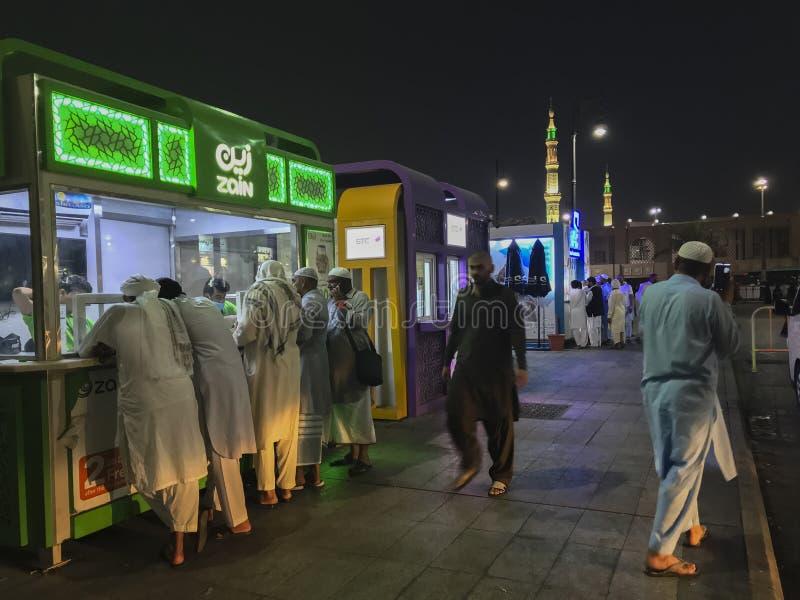 MEDINA-CIRCA MAYO DE 2019: Cabina de la telecomunicación de Zain fuera de la mezquita de Nabawi en Madinah Makkah, la Arabia Saud imagen de archivo libre de regalías
