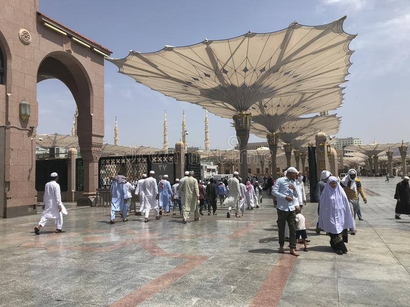 MEDINA, królestwo saudyjczyk ARABIA-CIRCA MAJ 2019: Muzułmanie chodzą wewnątrz ono modlić się wśrodku Masjid Al Nabawi w al madin obrazy royalty free