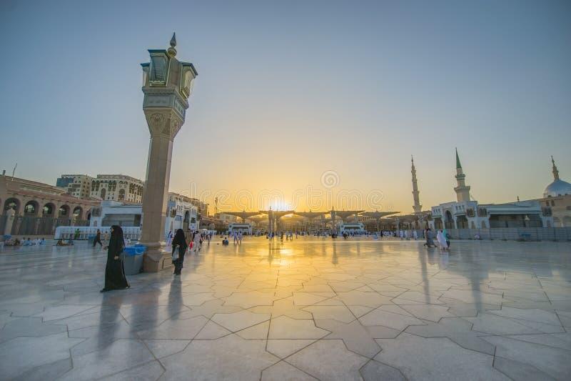 MEDINA, LA ARABIA SAUDITA (KSA) - 21 DE MARZO: Puesta del sol en la mezquita de Nabawi fotos de archivo libres de regalías