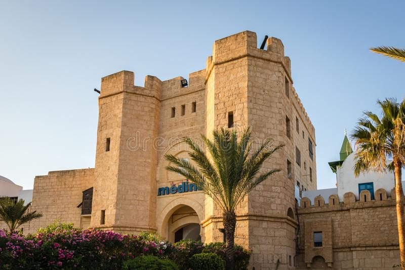 Medina mit Palme, Yasmine Hammamet, Tunesien lizenzfreies stockbild