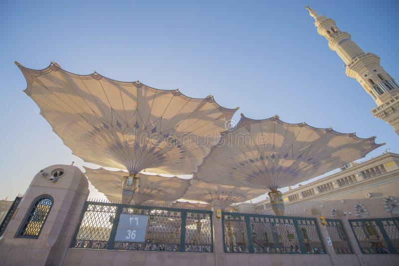 MEDINA, SAUDI-ARABIEN (KSA) - 21. MÄRZ: Großer Regenschirm von Nabawi-Moschee stockfoto