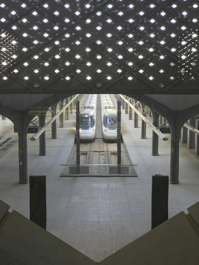 MEDINA, SAUDI-ARABIEN - 27. MAI 2019: Draufsicht von Station Madinah Haramain mit Kugelzügen auf Bahnen an Station HSR Madinah he lizenzfreie stockfotos