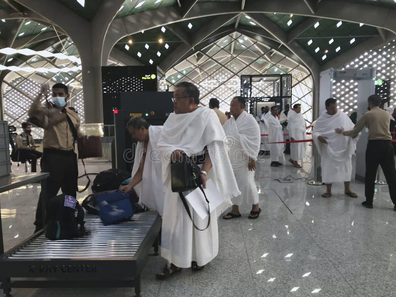 MEDINA, SAUDI-ARABIEN - 27. MAI 2019: Nicht identifizierte moslemische Pilger in weißer ihram Kleidung überschreiten durch eine S lizenzfreie stockfotos