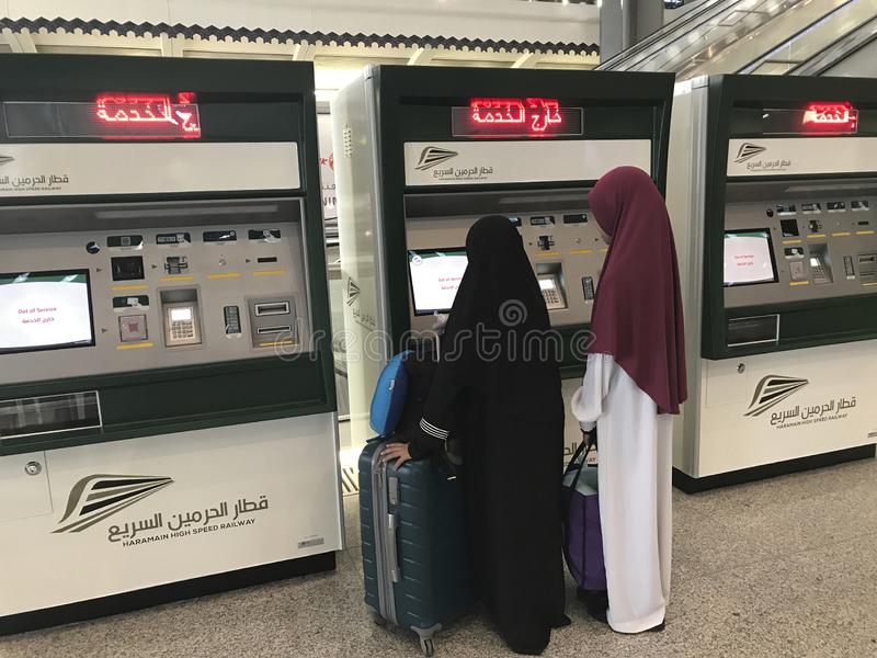 MEDINA, SAUDI-ARABIEN - 27. MAI 2019: Zwei nicht identifizierte moslemische Damen betrachten einen neuen automatisierten Kartensp lizenzfreie stockfotos