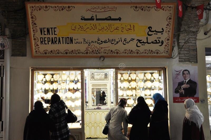 In medina van de oude stad van Tunis zijn er vele souks van kunstenaars en juwelen-winkels met gouden en zilveren handelaren royalty-vrije stock afbeelding