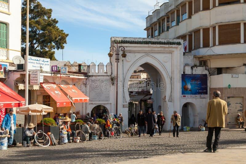 Medina von Tanger, Marokko Einfache Leute, die auf Straße gehen lizenzfreie stockfotografie