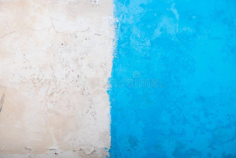 Medio azul y papel pintado concreto viejo foto de archivo