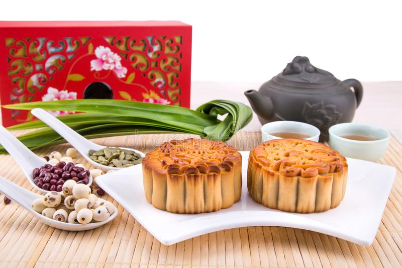 Medio Chinese mooncake van het de Herfstfestival met ingrediënten en thee stock afbeelding