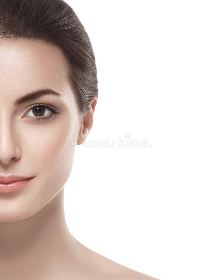 Medio cierre de la cara de la mujer hermosa encima del estudio en blanco imágenes de archivo libres de regalías