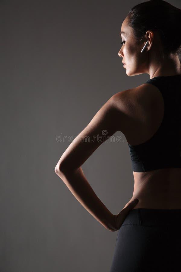 Medio cuerpo de la visión trasera de una mujer joven de la aptitud imagen de archivo libre de regalías