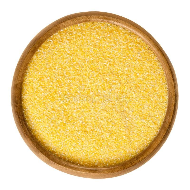 Medio de la harina de maíz en cuenco de madera sobre blanco fotografía de archivo libre de regalías