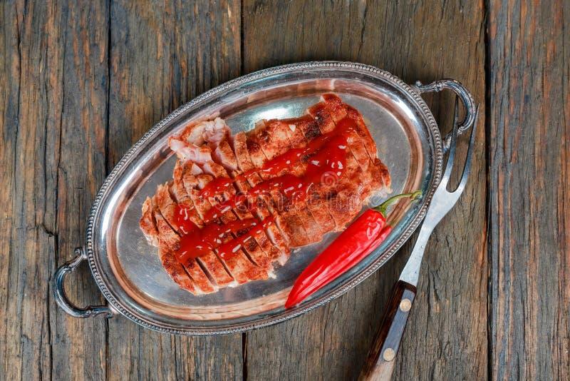 Medio delicioso del filete asado con las hierbas y la pimienta Carne asada a la parrilla fresca Hecho asado a la parrilla del fil foto de archivo