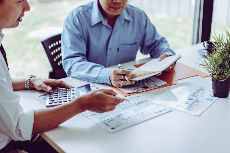Medio evo maschio della gente due asiatici di riunione d'affari che discute mentre sedendosi insieme immagine stock