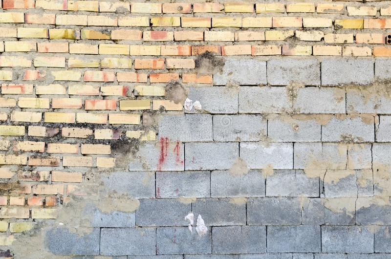 Medio ladrillo y medio muro de cemento fotografía de archivo libre de regalías