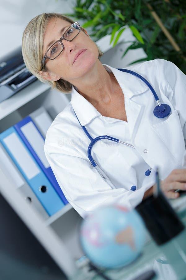 Medio leeftijd vrouwelijke arts stock afbeelding