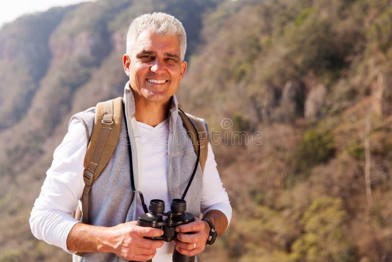 Medio leeftijdsmens bovenop de berg stock foto's