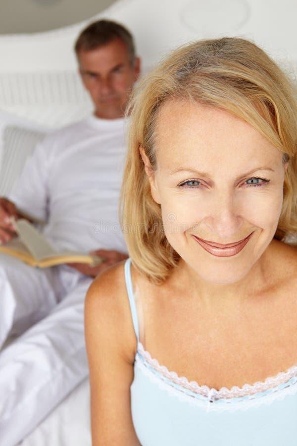 Medio leeftijdspaar in slaapkamer stock foto's