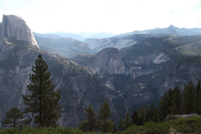Medio panorama de Yosemite de la bóveda fotos de archivo