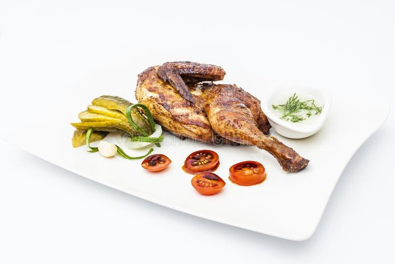 Medio pollo de la miel con la cebolla, los tomates, el pepino, el verde y el lepisosteus imagen de archivo libre de regalías
