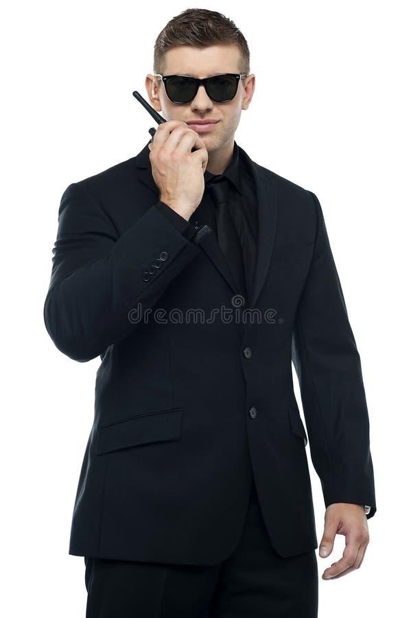Medio retrato de la longitud del agente de seguridad joven fotografía de archivo