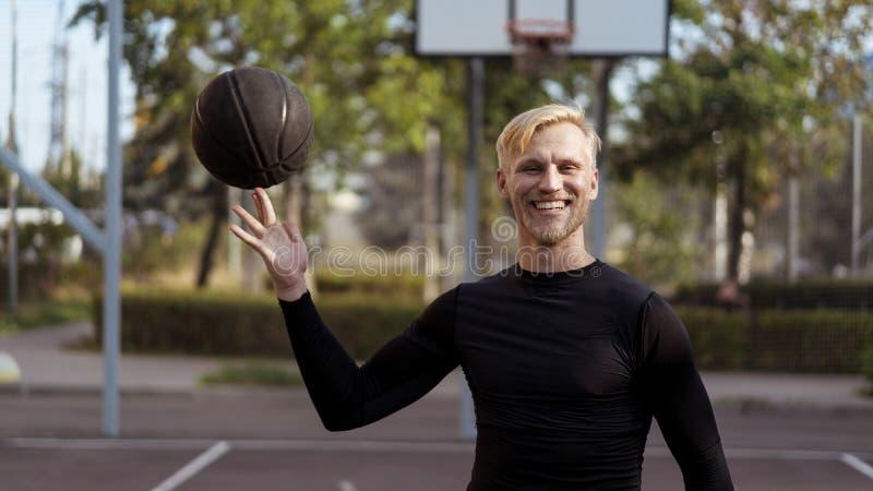 Medio retrato de la longitud del varón joven con una bola imagenes de archivo