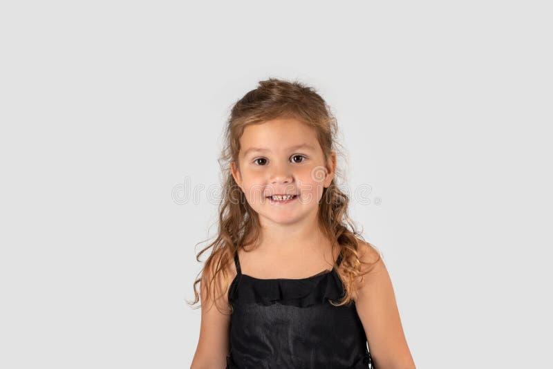 Medio retrato de la longitud de pequeño llevar sonriente de la muchacha hermoso imágenes de archivo libres de regalías