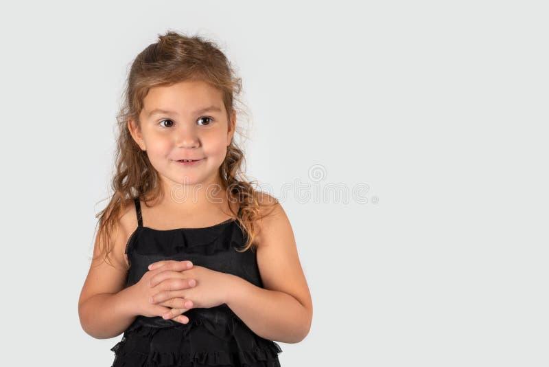 Medio retrato de la longitud de pequeño llevar sonriente de la muchacha hermoso fotos de archivo libres de regalías