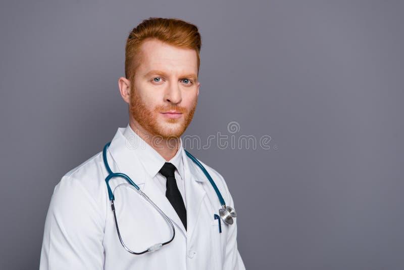 Medio retrato de la vuelta del doctor atractivo hermoso aislado en dar imagen de archivo libre de regalías