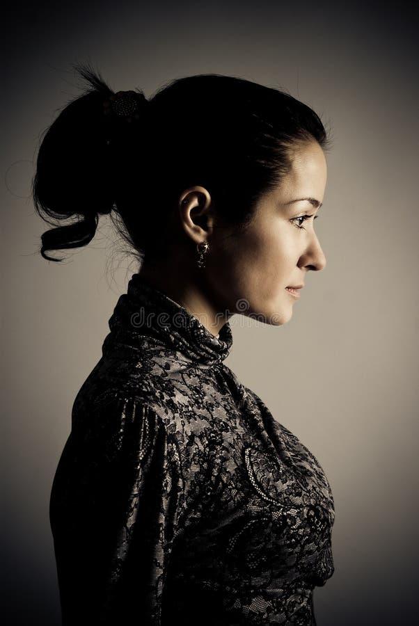 Medio retrato oscuro de la cara de la mujer hermosa imágenes de archivo libres de regalías