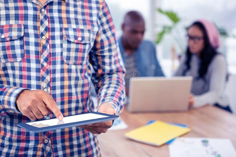 Medio sectie van de bedrijfsmens die digitale tablet gebruiken stock afbeelding