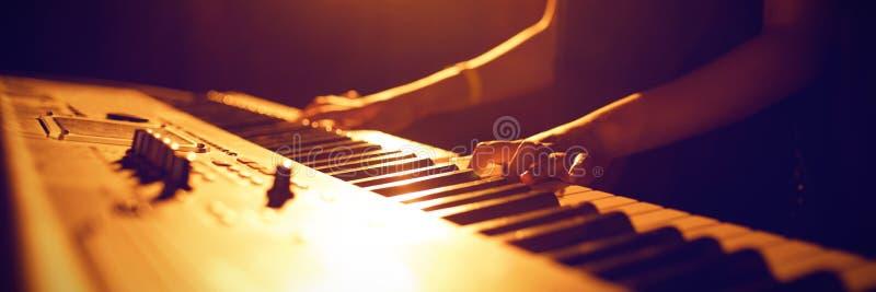 Medio sectie van vrouwelijk de muziekfestival van de musicus speelpiano stock foto's