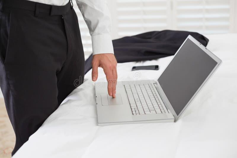 Medio sectie van zakenman die laptop met behulp van bij hotelruimte royalty-vrije stock foto