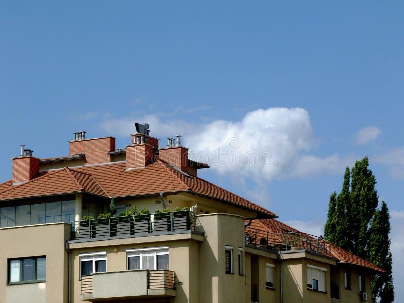 Medio-stijgingsflat het buitendetail van de de bouwgipspleister met blauwe hierboven hemel royalty-vrije stock afbeeldingen