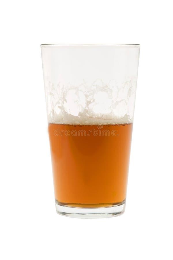 Medio vidrio de cerveza, de cerveza inglesa o de cerveza dorada fotos de archivo