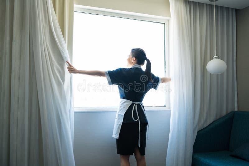 Medio Volwassen Bediende die in Hotelzaal werken royalty-vrije stock afbeeldingen