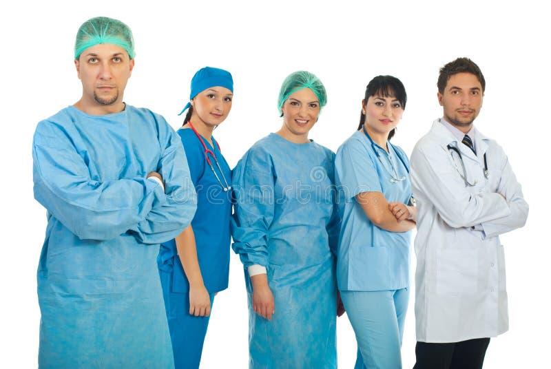 Medio volwassen chirurg en zijn team