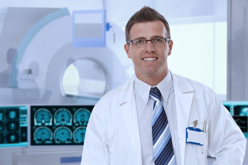 Medio-volwassen mannelijke arts in MRI-ruimte bij het ziekenhuis stock afbeeldingen