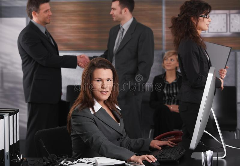 Onderneemster die computer met behulp van royalty-vrije stock fotografie