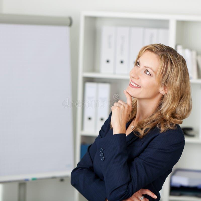 Medio Volwassen Onderneemster Smiling In Office royalty-vrije stock foto