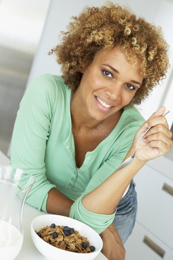 Medio Volwassen Vrouw die Gezond Ontbijt eet stock fotografie