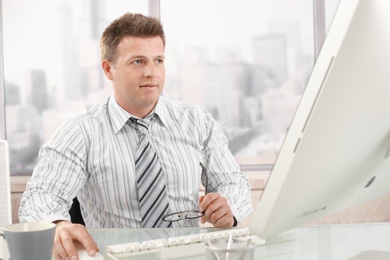 Medio-volwassen zakenman op het werk royalty-vrije stock afbeeldingen