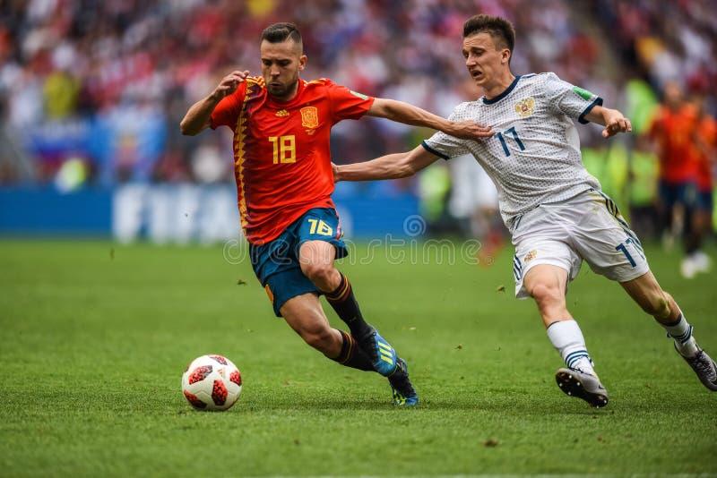 Mediocampista Jordi Alba del equipo de fútbol nacional de España y mediocampista Aleksandr Golovin del equipo nacional de Rusia foto de archivo
