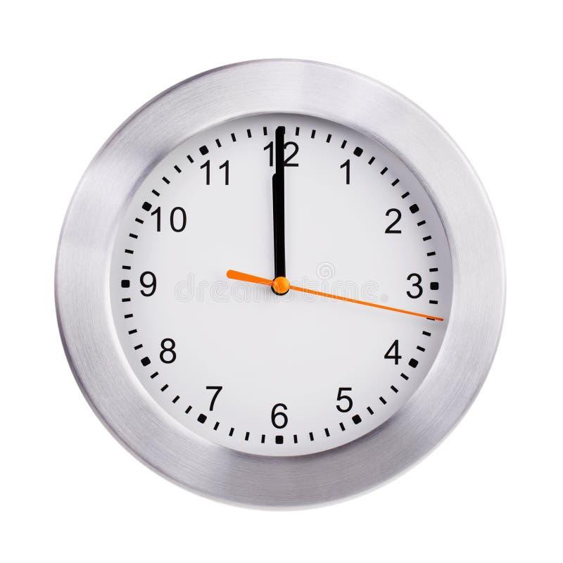 Mediodía en el dial del reloj redondo fotos de archivo