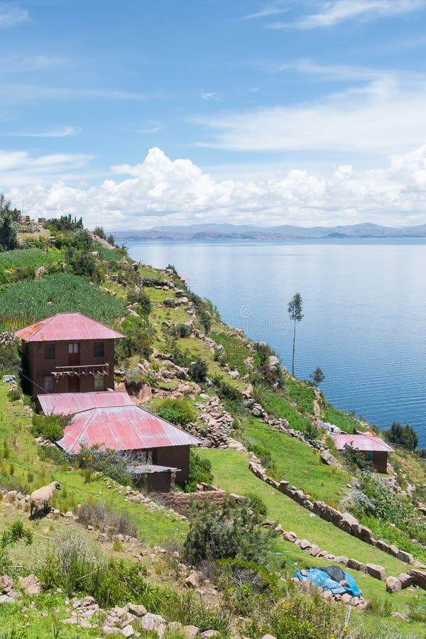 Mediodía en la isla de Taquile del lago Tititica foto de archivo