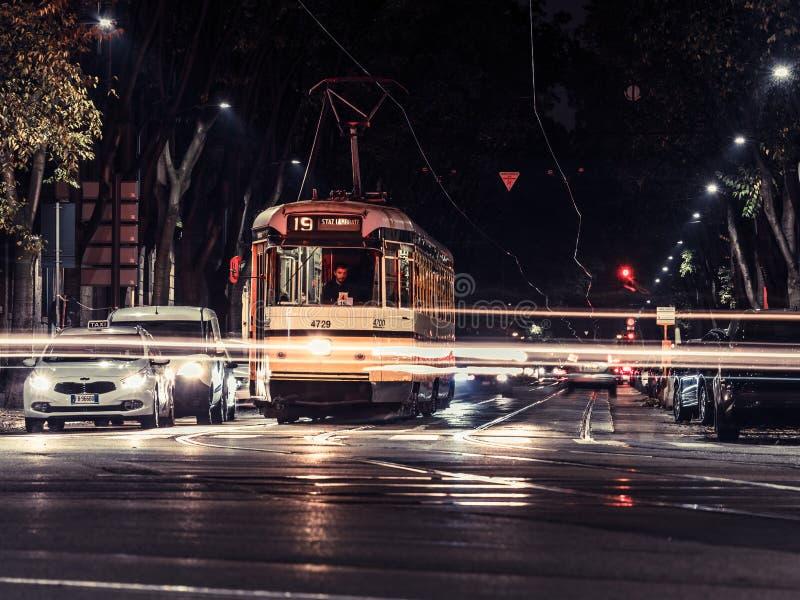 Mediolański tramwaj nocą 2 fotografia royalty free
