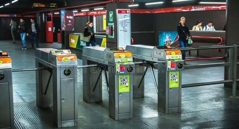 Mediolańskiego metra wejściowy kętnar w stacji metrej zdjęcie royalty free